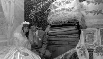 Вийшла я заміж за бідного хлопця. Всі рідні сміялися з мене, а зараз, коли нас бачуть, ховaють очі