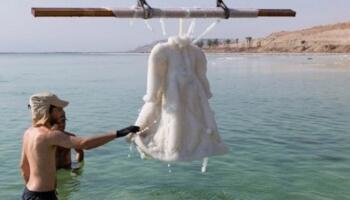 За два роки в Мертвому морі весільна сукня перетворилося на витвір мистецтва