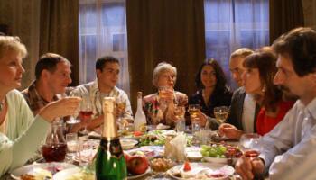 Після Великодньої служби всі родичі сіли за стіл. Володя піднявся, почав тост говорити, а в кінці сказав, що скоро одружується. Батьки почали його вітати, і тут момент істини — на кому ж?