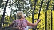 — Мамо, здається, у нашої бабусі старечий маразм! — сказала моя улюблена внучка, опустившись на стілець. А все тому, що у свої 65 я закохалася. Довелось все розповісти доньці