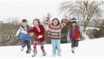 Не тримайте дітей в будинку! Діти повинні гуляти на вулиці, особливо взимку
