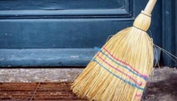 Моя мама завжди змочує віник розчином солі, щоб очистити будинок і вимести геть хвороби, невдачі та плітки